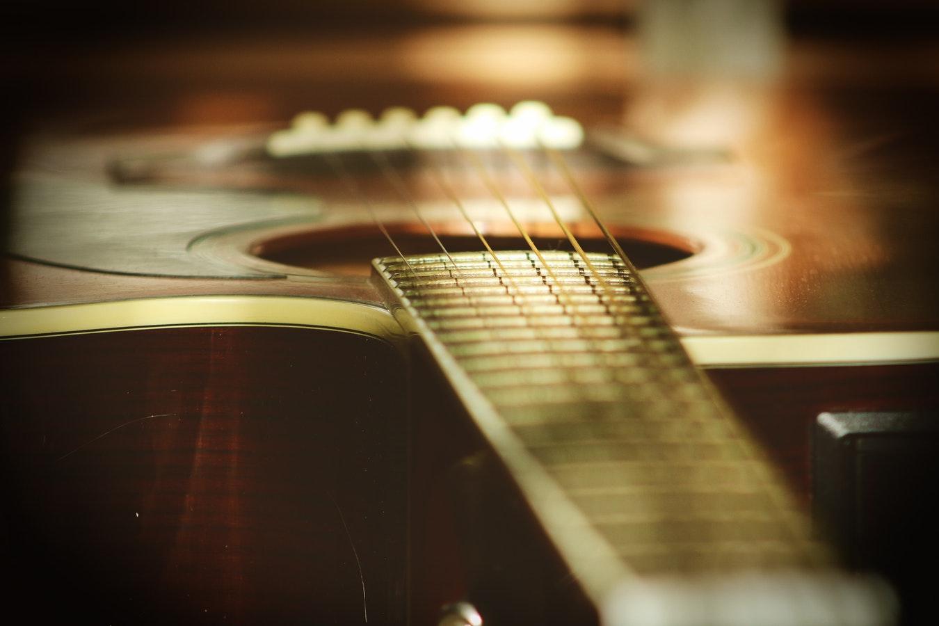 Nylån eller stålsträngad gitarr?